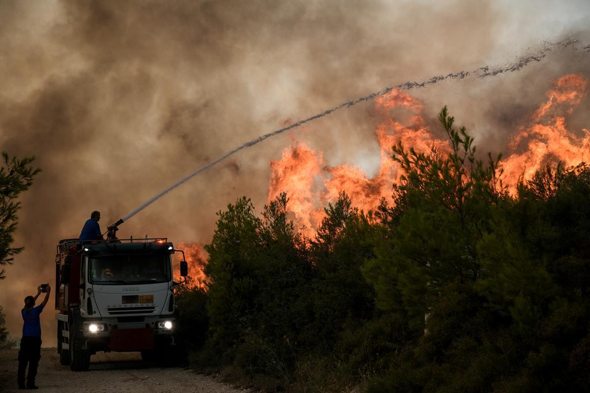 Φωτιά στον Άγιο Στέφανο: Δύο προσαγωγές για εμπρησμό -Τους έπιασαν επ' αυτοφώρω με μπιτόνια βενζίνης και οδηγούνται στην Κρατική Ασφάλεια – ΒΙΝΤΕΟ