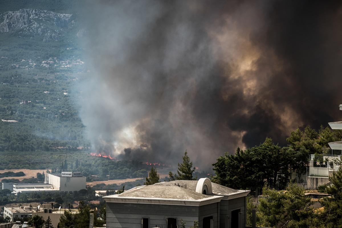 Φωτιά στη Βαρυμπόμπη: Πώς θα προστατευτούμε από τον καπνό και τα αιωρούμενα σωματίδια – Τι αναφέρει το Εθνικό Αστεροσκοπείο