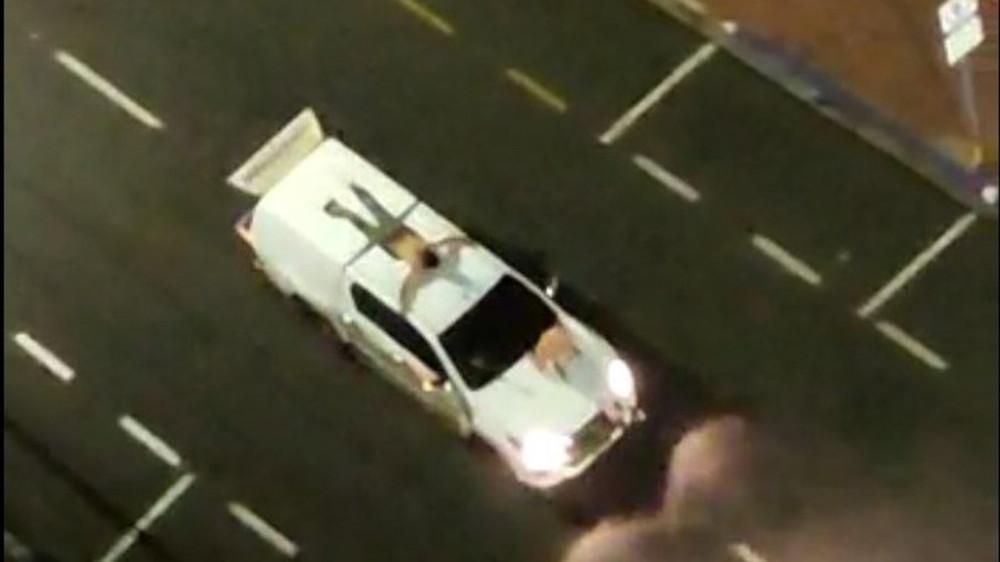 """Σοκ: Ληστές έδεσαν ομήρους σε καπό αυτοκινήτων ως """"ανθρώπινες ασπίδες"""" για να ξεφύγουν – ΒΙΝΤΕΟ"""
