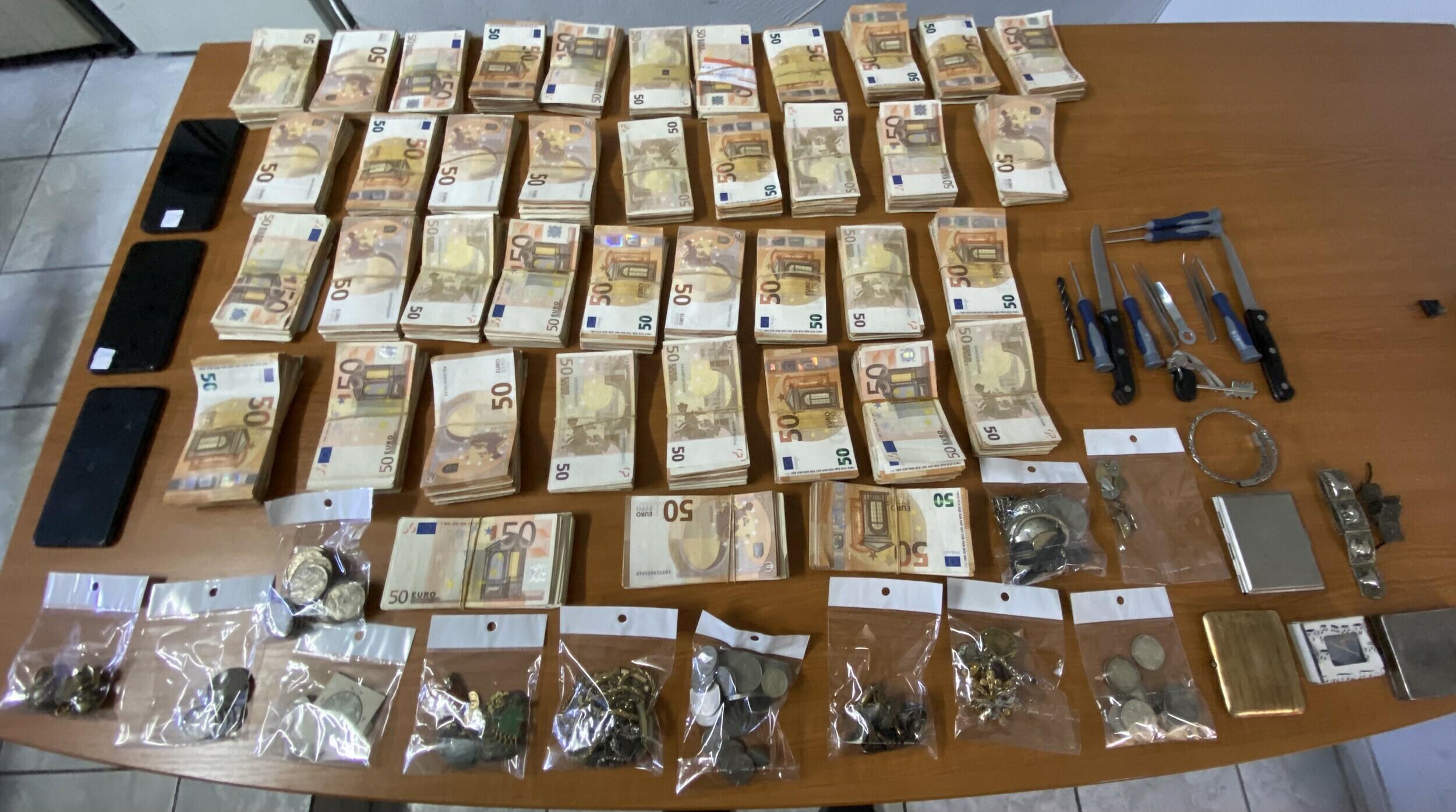 Συνελήφθησαν διαρρήκτες στον Άγιο Παντελεήμονα – 200.000 ευρώ η λεία τους