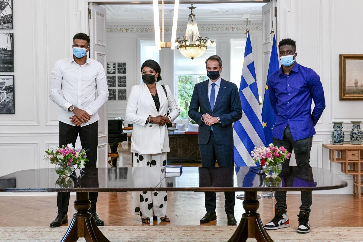 Μητσοτάκης: Στο πρόσωπο της οικογένειας Αντετοκούνμπο αντικατοπτρίζεται η Ελλάδα που θέλουμε – ΒΙΝΤΕΟ – ΦΩΤΟ