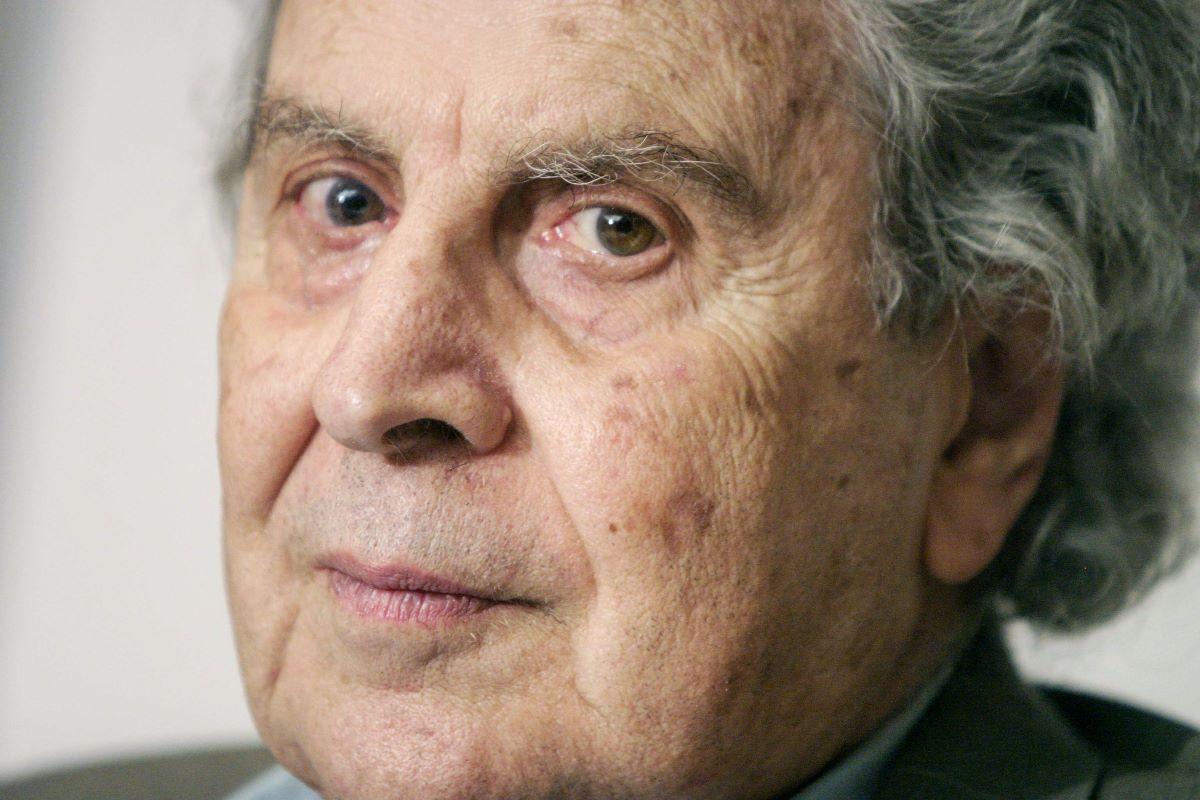 Μίκης Θεοδωράκης: Τάφο χωρίς σταυρούς κ καντήλια ενέκρινε ο συνθέτης