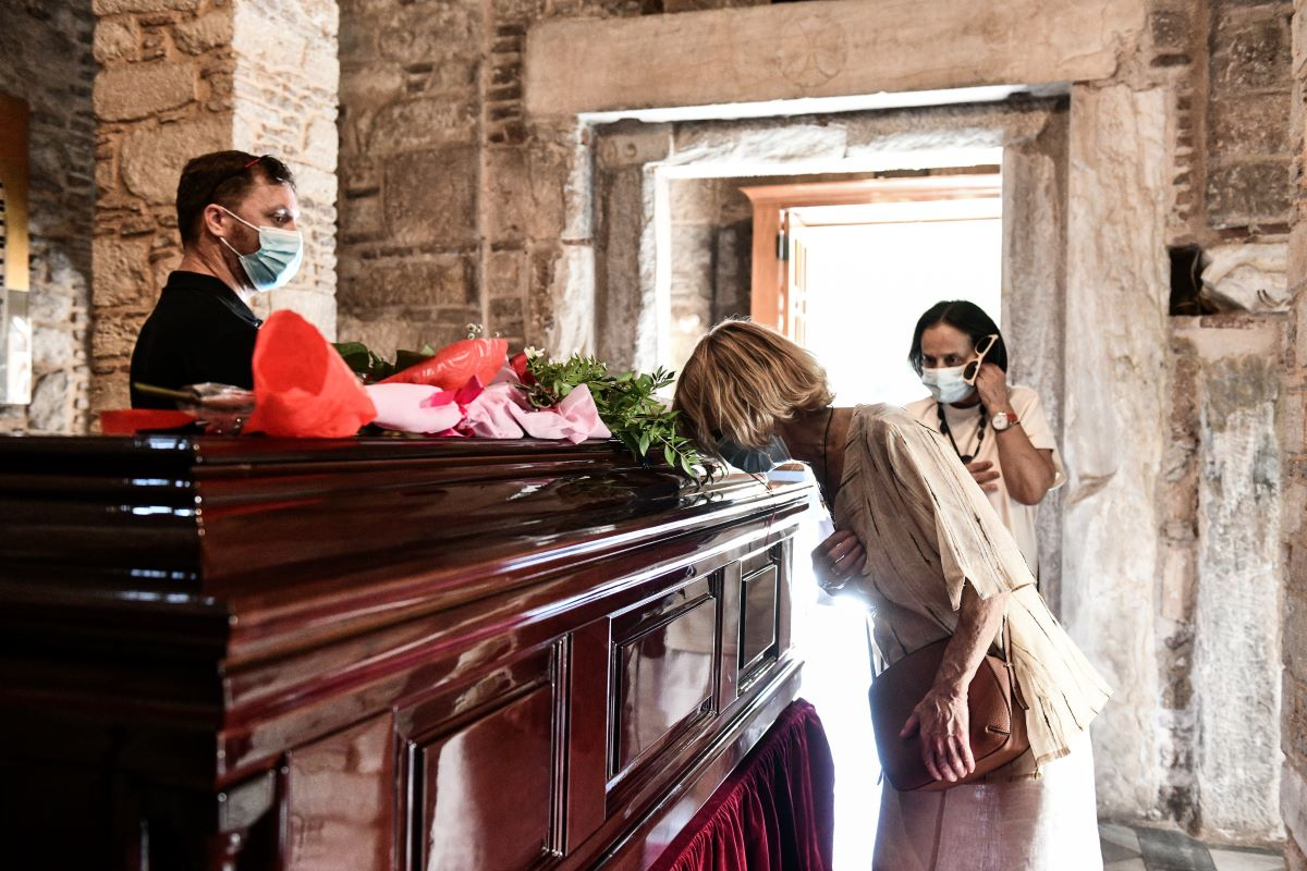 """Λαϊκό προσκύνημα στον Μίκη Θεοδωράκη: """"Αθάνατος"""" λέει ο κόσμος"""