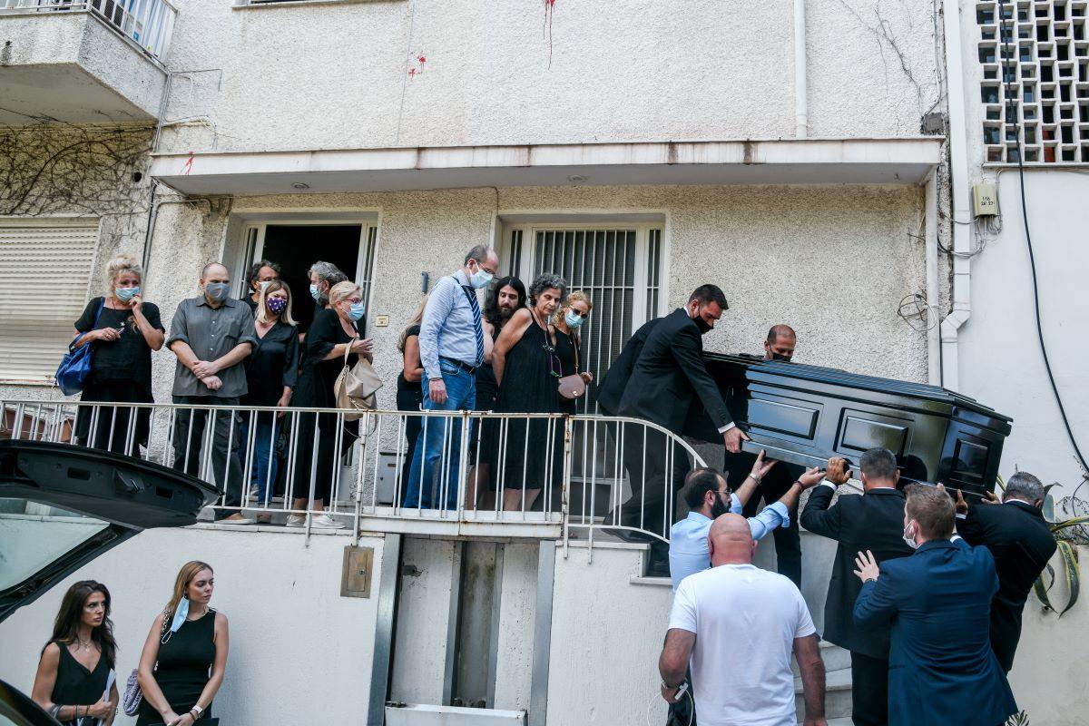 """Έντονη συγκίνηση έξω από το σπίτι του Μίκη: """"Αθάνατος"""" φώναζαν οι συγκεντρωμένοι – ΒΙΝΤΕΟ – ΦΩΤΟ"""