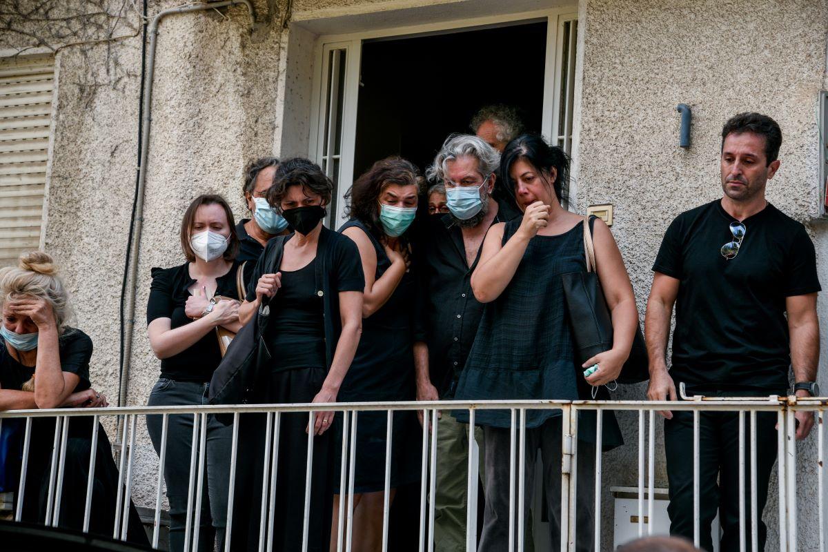 """Συγκίνηση στο σπίτι του Μίκη: """"Αθάνατος"""" φώναζαν οι συγκεντρωμένοι"""