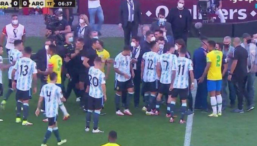 Απίστευτη εξέλιξη στον αγώνα Βραζιλία-Αργεντινή: Εισβολή της αστυνομίας για να συλλάβει 4 παίκτες – ΒΙΝΤΕΟ