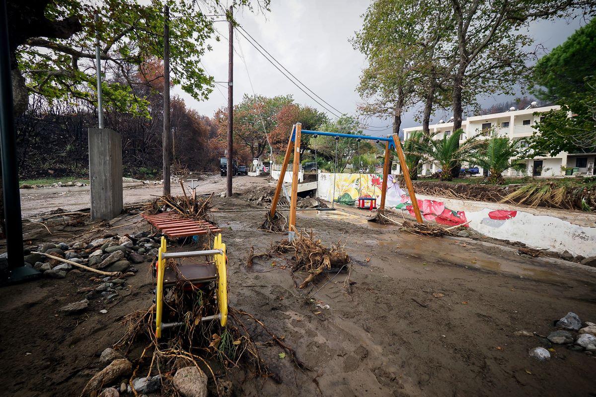 """Κακοκαιρία """"Αθηνά"""": Δραματική κατάσταση στην Αγία Άννα – Κοίτη 120 μέτρων άνοιξε στην παραλία Αχλαδίου – ΒΙΝΤΕΟ – ΦΩΤΟ"""