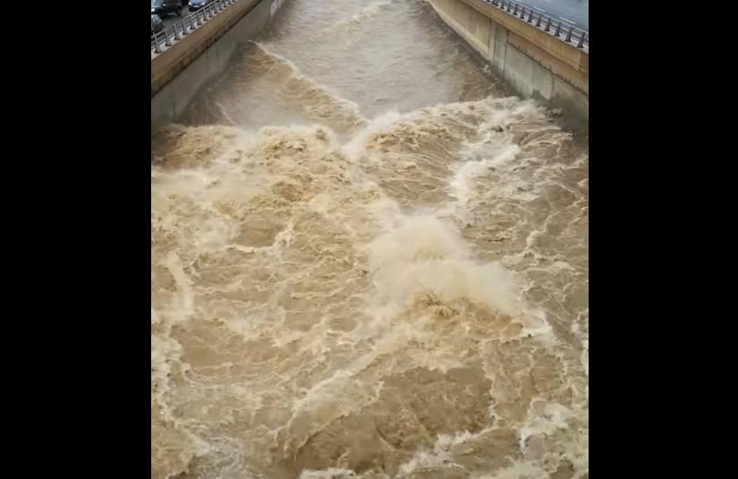 """Κακοκαιρία """"Μπάλλος"""" – """"Φούσκωσε"""" ο Κηφισός: Κατεβάζει λάσπη στη θάλασσα ο ποταμός – ΒΙΝΤΕΟ"""
