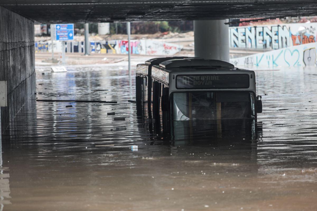 """Κακοκαιρία """"Μπάλλος"""": Τσουνάμι τα προβλήματα, χάος στους δρόμους – Κλειστά αύριο ΟΛΑ τα σχολεία της Αττικής – ΒΙΝΤΕΟ – ΦΩΤΟ"""