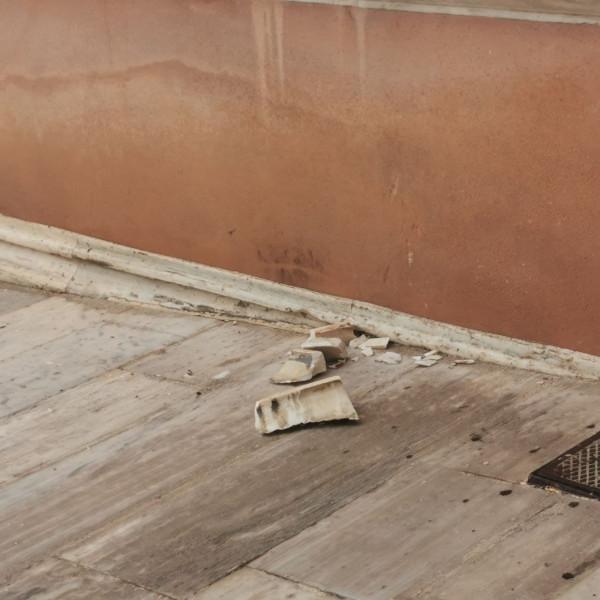 """Κακοκαιρία """"Μπάλλος"""": """"Χτύπησε"""" και τη Βουλή – Έσπασαν μάρμαρα και μπήκαν νερά στο κτίριο – ΦΩΤΟ"""