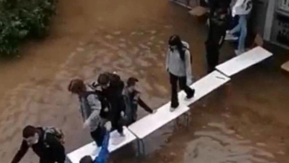"""Κακοκαιρία """"Μπάλλος"""": Πλημμύρισε σχολείο στη Νέα Φιλαδέλφεια – Διάδρομος διαφυγής με θρανία για τους μαθητές – ΒΙΝΤΕΟ – ΦΩΤΟ"""