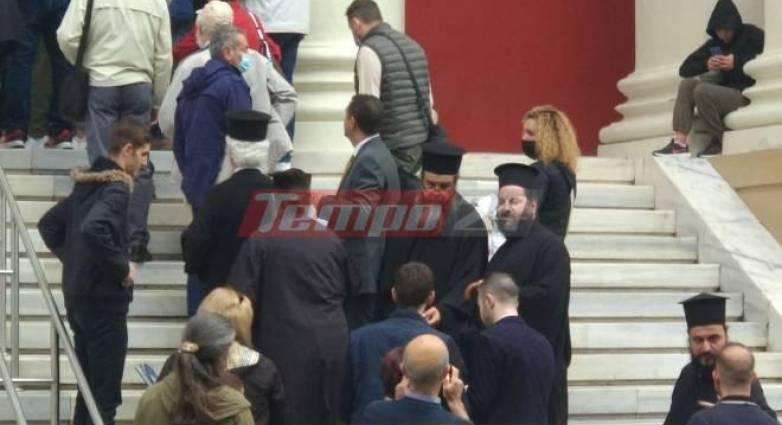 Πάτρα: Αναβολή στη δίκη του ιερέα που λειτούργησε εκκλησία στην καραντίνα – Συγκέντρωση πιστών στα Δικαστήρια – ΒΙΝΤΕΟ – ΦΩΤΟ